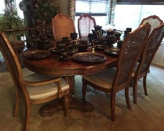 Stunning dining table & chairs.