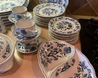 $1275 ~ BEAUTIFUL AND HIGHLY SOUGHT AFTER BLUE DANUBE  BLUE ONION JAPAN CHINA SET ~ 8  FIVE PIECE PLACE SETTINGS WITH SERVING PIECES