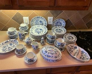 $1275 ~ OBO ~  BEAUTIFUL AND HIGHLY SOUGHT AFTER BLUE DANUBE  BLUE ONION JAPAN CHINA SET ~ 8  FIVE PIECE PLACE SETTINGS WITH SERVING PIECES