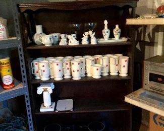 Cute vintage wood bookcase, vintage beige sweetheart reusable plastic coffee cups