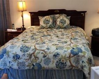 Queen bed w/linens