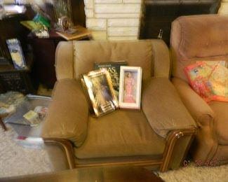 chair/Barbie