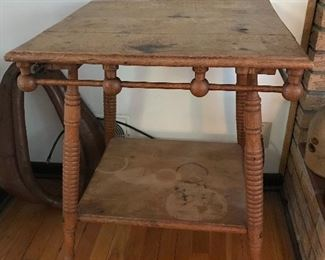 Nice unusual oak spool and knob table.  Needs some TLC but still a great table.