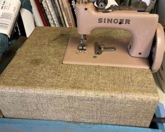 VINTAGE SINGER SEW HANDY MINIATURE MACHINE IN CARRY CASE