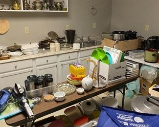 Tons of kitchen items