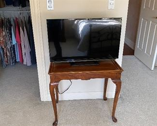 Side table (18x28x28H) & TV