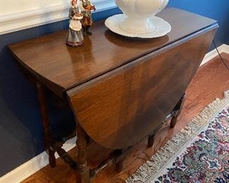 Beautiful antique drop leaf gate leg table