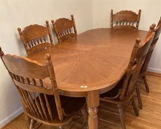 Beautiful oak dining room table w/six chairs