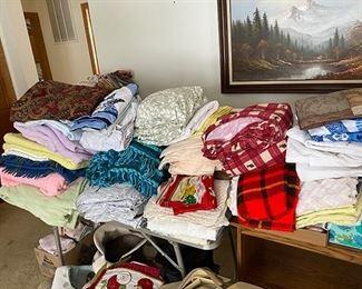 Linens/towels/bedding/sheets/blankets/afghans