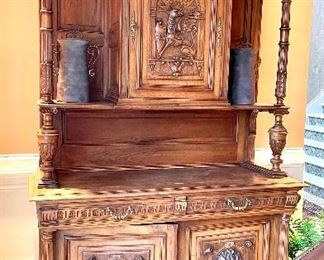 Beautiful powerful 19th Century Court Cupboard, in excellent condition!