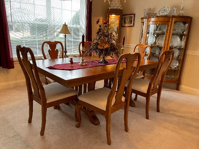 Gorgeous Thomasville dining room table with extra extension and 6 chairs. Immaculate condition!