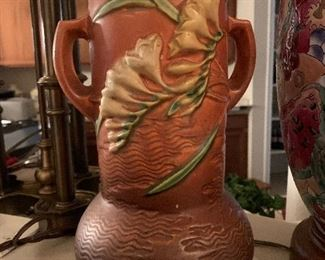 $85~ 1940'S FREESIA TWO HANDLES VASE BROWN ROSVILLE 126-10