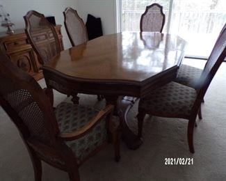 dining table w/2 leaves, 6 chairs & pads