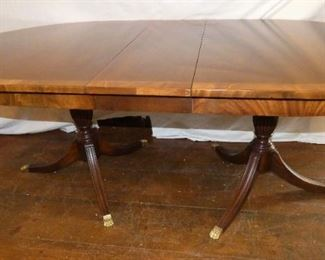 Fine dining table with 4 leaves