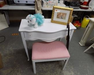SMALL CHILD'S VANITY W/BENCH