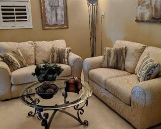 2 PIECE DEN SET INCLUDING COFFEE TABLE.
