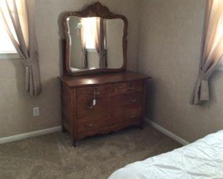 Lovely early 1900's oak dresser w/mirror.