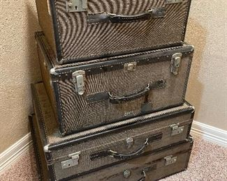 4 vintage suit cases in great condition!