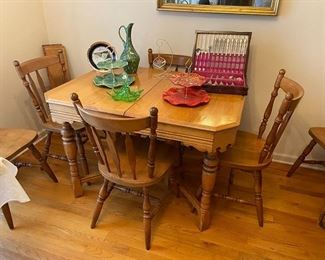 Dinning Table with 2 Leafs and 6 Chairs (Great small Size)