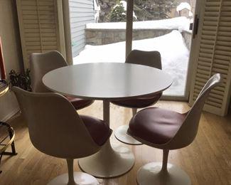 Knoll (Eero Saarinen ) Tulip Table and 4 chairs
