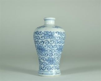 19TH CENTURY A Ming Style blue and white Meiping vase/Snuff bottle,the shouldered body tapering to the base,painted in fifteenth century style with flowring branches.with old chinese tag on the bottom.  Used Condition: In Good condition,as photos. Measures:6.6cm Height ;