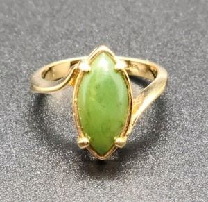 """Women's 18K Jade Ring. This stunning ring is a ladies size 7. The stone measures .5"""" x .25""""."""
