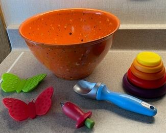 $25.00................Rachel Ray Bowl and more (H042)