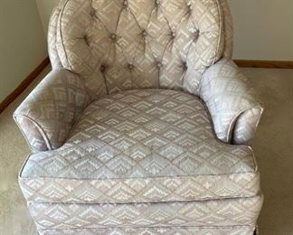 REDUCED!  $56.25 NOW, WAS $75.00...............Disque Furniture Chair very good condition (H017)