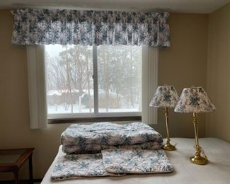 CLEARANCE !  $15.00 NOW, WAS $60.00........................Queen Comforter, 2 Shams, Window Valance and 2 matching Lamps (H322)