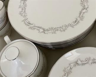 Close up: Noritake Marquis China Set Service for 8 (S137)