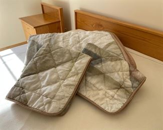CLEARANCE !  $3.00 NOW, WAS $14.00...............Full Size Comforter and 2 Pillow Shams (S293)
