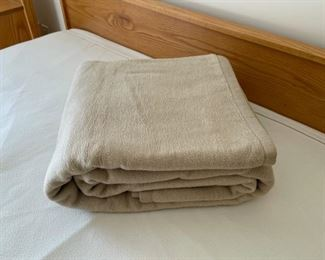 HALF OFF!  $12.50 NOW, WAS $25.00...................Soft Blanket King Size, looks brand new (S296)
