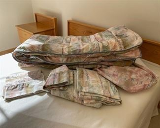 CLEARANCE !  $5.00 NOW, WAS $20.00..............Queen Set Comforter and Sheets (S290)