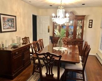 Beautiful mahogany dining room set with leaves