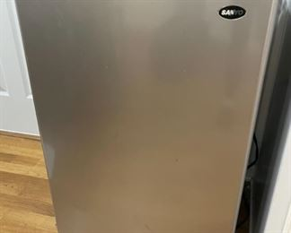 REDUCED!  $41.25 NOW, WAS $55.00....................Small Refrigerator (C097)