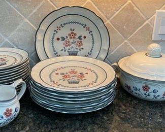 CLEARANCE !  $10.00 NOW, WAS $40.00.....................Cumberland Stoneware by Hearthside Brambleberry (C062)