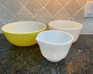REDUCED!  $18.75 NOW, WAS $25.00.....................Large Yellow Pyrex and 2 mixing bowls (C042)