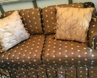 https://www.ebay.com/itm/124679443475	KG0042 FABRIC SATIN FEEL LOVESEAT COUCH WITH BEE PATTERN Local Pickup		Buy-It-Now	 $49.99