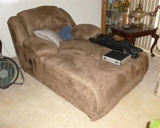 Like New Chaise w/adjustable head