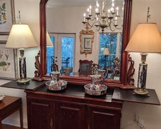 Vintage Henredon mahogany bar, with laminate top, large hand-carved mahogany wall mirror, with beveled glass, pair of faux marble table lamps, pair of Japanese Imari bowls and pitchers.