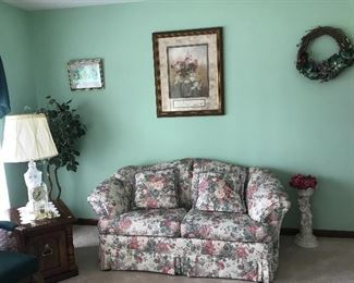 Floral loveseat- very nice condition