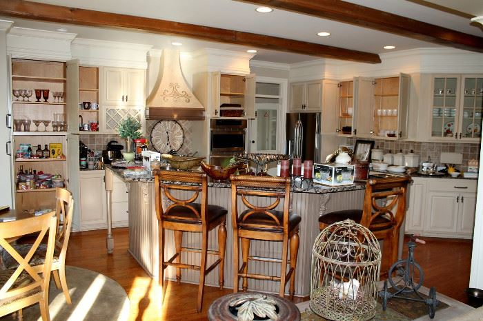 Kitchen (NOTICE - the barstools are in the online auction - www.estatesolutionsoftnauction.com)