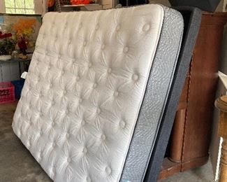 Queen Size ~ Serta Adjustable Bed w/Simmons Mattress. Head & Feet adjust. Like new and available now!