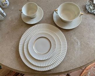 Lenox china service for 10 5 pc;s place settings ( very good condition )