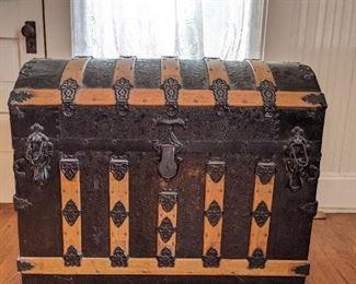 Camelback trunk. Has camelback tray inside.