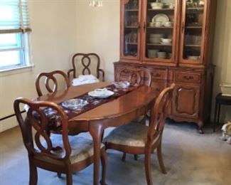 Carlton House Table w/ 3 Leaves and 6 Chairs