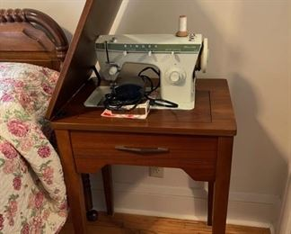 $100.00...............Singer Fashion Mate 252 Sewing Machine with Sewing Table  (B088)