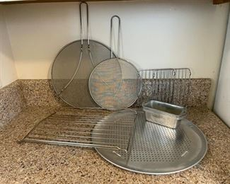 $6.00.....................Pizza Pan and more Kitchenware (B106)