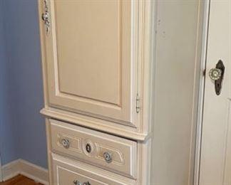 Cabinet (B390)