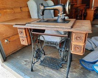 1906 Singer Sewing Machine